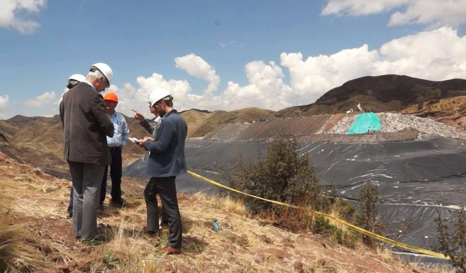 En Cusco se construiría la primera planta piloto de tratamiento de residuos sólidos. ASESOR PRESIDENCIAL E INVERSIONISTAS HOLANDESES INSPECCIONARON TRABAJOS QUE SE DESARROLLA EN EL BOTADERO CONTROLADO DE HAQUIRA