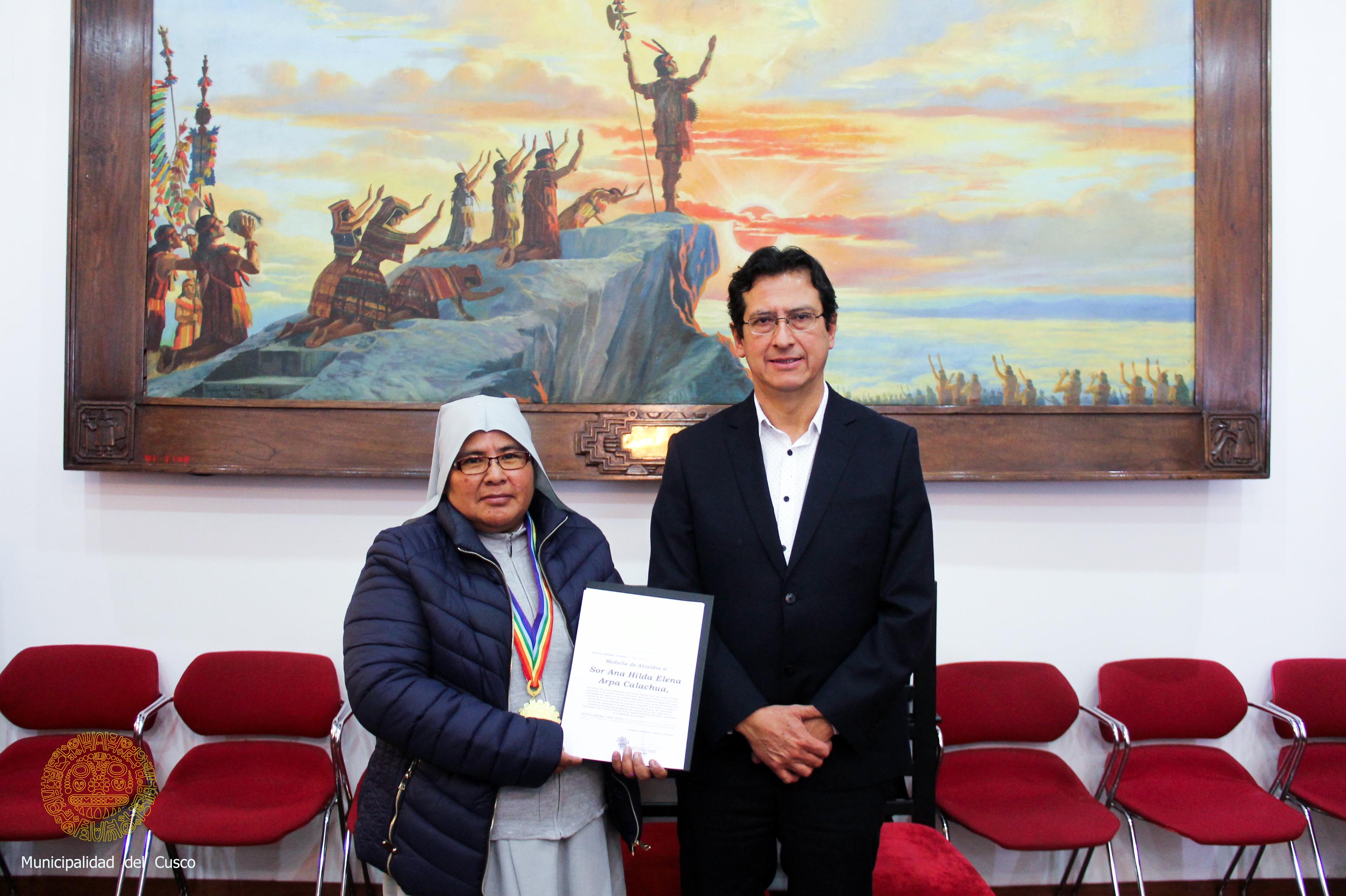 MEDALLA DE ALCALDÍA PARA DIRECTORA DEL COLEGIO SANTA ANA POR SUS 125 AÑOS DE PRESENCIA EN LA CIUDAD IMPERIAL.