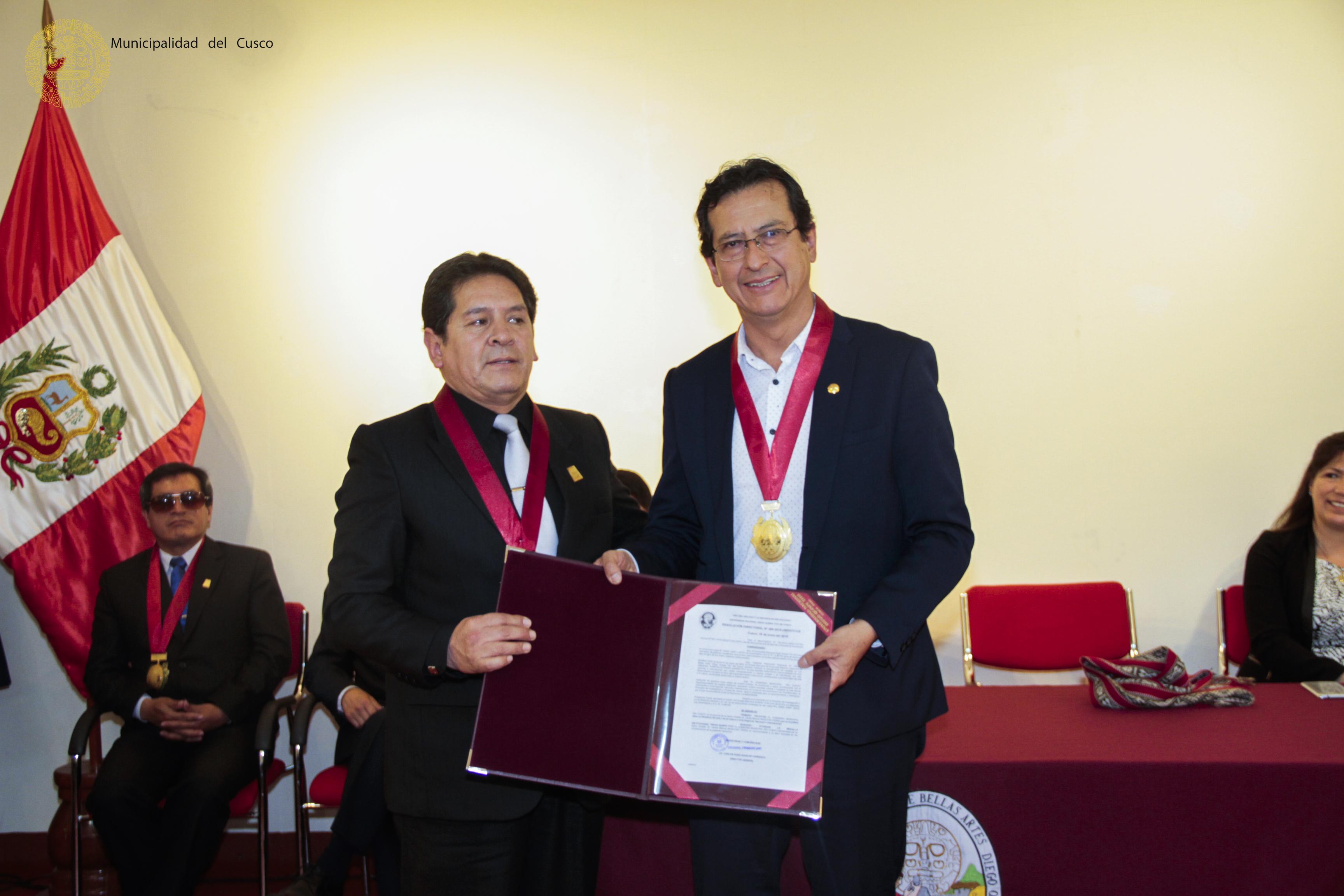 UNIVERSIDAD  DIEGO QUISPE  TITO CONDECORA AL ALCALDE DEL CUSCO POR SU APOYO CONSTANTE  A ESTA CASA DE ESTUDIOS.